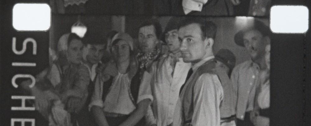 FranzSchnyder(rechts)mitStatisten_SzeneAusDemFilmDasKalteHerz1933