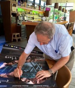 François Mottier am Signieren der Filmplakate.