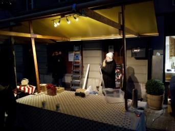 Kaum setzte die Dämmerung ein und wurde es endlich dunkel, damit die Beleuchtung für weihnächtliche Stimmung sorgen könnte, mussten wir bereits wieder abbauen...