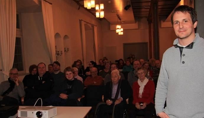 Raff Fluri gemeinsam mit dem Publikum am 17. März im Schloss Neuenbürg. Passend zu der schönen Location und dem Film schneite es vor den Fenstern im dunkeln Schwarzwald. Und ja, weiter rechts ausserhalb des Bildes hat es ebenfalls Publikum. ;) Foto: Anita Molnar (Pforzheimer Zeitung)