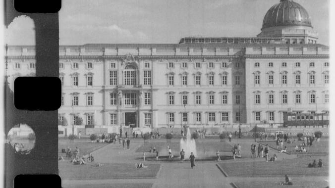 Das Berliner Schloss im Jahr 2020, gefilmt mit einer 16mm-Kamera aus dem Jahr 1929 und abgelaufenem Kodachrome Filmmaterial. (c) Raff Fluri